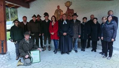 Gruppenbild mit Senior Pfr. Michael Guttner und Trachtenkapelle (u.a.)