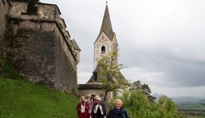 Burgkirche, Dietlinde Schlimp und Clubleute (Foto Sieglinde Oborny)