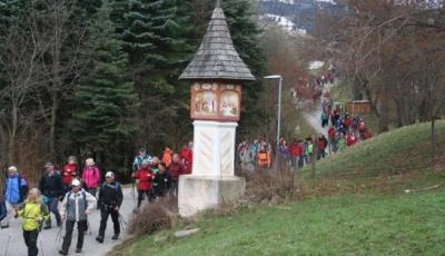 Foto (aus vorangegangenem Jahr) von Marterl St. Peter am ökum. Bergeweg mit Wanderern (Foto EAK)