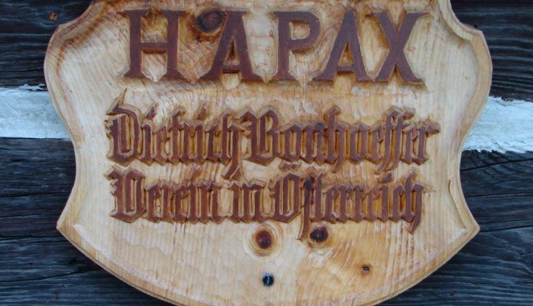 Foto von HAPAX Holzschild, Ausschnitt (Bildrechte Verein HAPAX)